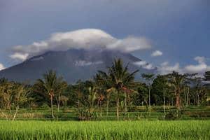 Gunung Merapi memuntahkan abunya: Lapangan terbang di Surakarta diarahkan tutup buat sementara